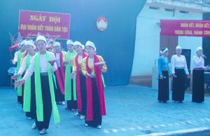 Những điệu dân ca ngọt ngào vẫn thường xuất hiện trong những hội diễn của người Mường. ảnh: Tiết mục hát dân ca mời trầu của đội văn nghệ xóm Giếng, xã Hợp Thành (Kỳ Sơn).
