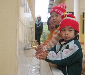 Hưởng lợi từ dự án NS&VSMT do ChildFund Việt Nam tài trợ, trẻ em trường mầm non xã Nam Phong (Cao Phong) được sử dụng nước sạch và công trình vệ sinh đảm bảo chất lượng