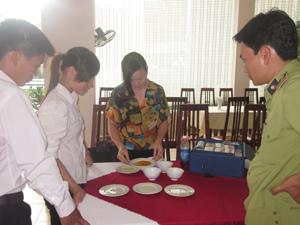 Điều kiện vệ sinh của một số cơ sở chế biến, sản xuất, kinh doanh thực phẩm còn chưa đạt yêu cầu (ảnh: thực hiện thử test nhanh mẫu dụng cụ đựng thực phẩm tại các cơ sở chế biến, nhà hàng huyện Kim Bôi).
