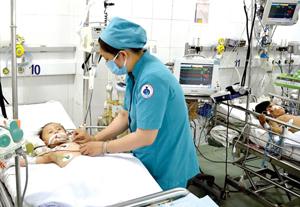 Điều trị bệnh nhi sốt xuất huyết ở TPHCM. Ảnh: NGỌC TRƯỚC