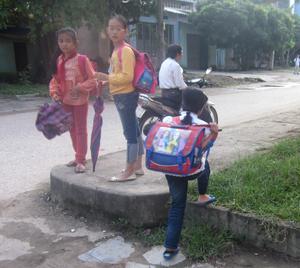 Việc mang cặp sách quá nặng về một bên tay, vai là một trong những nguyên nhân trẻ cong vẹo cột sống. ảnh (minh họa)
