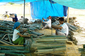 Xã Chiềng Châu, Mai Châu phát triển nghề chẻ tăm mành tạo thêm việc làm cho lao động địa phương.