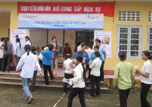 Phụ nữ xã Đồng Môn (Lạc Thủy) tham gia chiến dịch CSSKSS đợt II năm 2011.