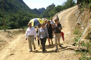 Khách quốc tế tham gia  tour du lịch đi bộ, khám phá   ở Khu bảo tồn thiên nhiên Ngọc Sơn - Ngổ Luông.