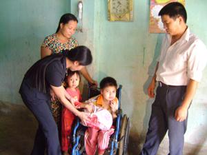 Đại diện Sở LĐ-TB& XH thăm hỏi, tặng quà cho em Nguyễn Thu Phương ở xóm Tân Định.