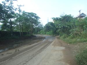 Xe chở đất, đá, vật liệu làm rơi vãi ảnh hưởng đến ATGT đường Hữu Nghị- TP Hòa Bình ( Đoạn Công ty CP Mía đường Hòa Bình).