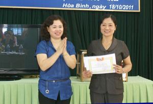 Lãnh đạo Hội LHPN tỉnh trao giải nhất tập thể cho Hội LHPN huyện Lạc Thủy.