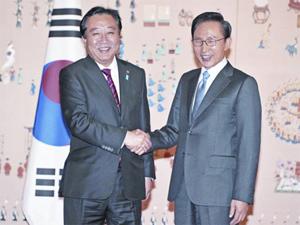 Tổng thống Lee (phải) tiếp Thủ tướng Noda tại Seoul ngày 19.10 - Ảnh: AFP