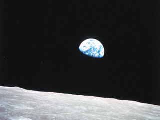 Chính con người là tác nhân đe dọa sự sống trên trái đất - Ảnh: NASA