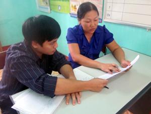 Cán bộ, bác sĩ Trung tâm YTDP tỉnh tiến hành giám sát hoạt động báo cáo số liệu tại bệnh viện đa khoa huyện Kỳ Sơn.