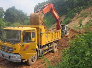 Tập trung khắc phục sự cố sạt lở gây ách tắc giao thông sau mưa bão tại xóm Múc, xã Hợp Thành.