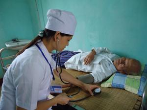 Cán bộ Phòng khám Quân - dân y kết hợp phường Chăm Mát (TPHB) kiểm tra huyết áp cho người bệnh nhằm phát hiện và phòng - chống các biến chứng nguy hiểm