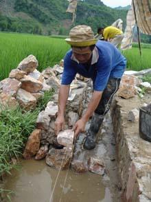 Nhân dân xã Mai Hạ (Mai Châu) xây dựng kênh, mương phục vụ sản xuất nông nghiệp.
