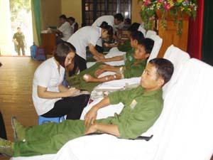 Tham gia ngày hiến máu nhân đạo, CBCS cơ quan Bộ CHQS tỉnh đã hiến 125 đơn vị máu.