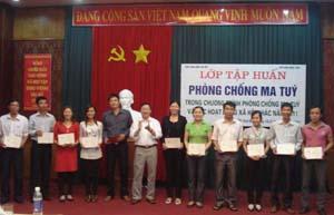 Ông Vương Duy Bảo, Phó Cục trưởng Cục Văn hóa cơ sở (Bộ VH-TT&DL) trao chứng chỉ cho các học viên.