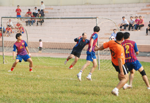 Pha tranh bóng của VĐV 2 đội bóng Các Ban xây dựng Đảng tỉnh và Điện Lực Hòa Bình.