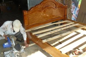 Xã Hợp Thịnh, Kỳ Sơn phát triển mạnh nghề mộc dân dụng tạo việc làm và thu nhập ổn định cho nhiều lao động địa phương.
