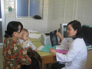 Trẻ em là đối tượng dễ bị dịch bệnh tấn công. ảnh: Bác sĩ khoa Nhi, Bệnh viện Đa khoa tỉnh tư vấn chăm sóc sức khỏe cho các bè mẹ trẻ.