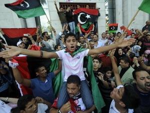 Những người Libya bày tỏ sự vui mừng khi có tin về cái chết của ông Gaddafi, tại Tripoli ngày 20/10.