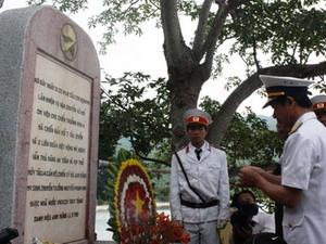 Dâng hương tưởng niệm các liệt sĩ Tàu 235. (Nguồn: báo Thanh Niên)