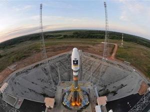 Tên lửa đẩy Soyouz chuẩn bị đưa hai vệ tinh lên quỹ đạo. (Nguồn: AP)