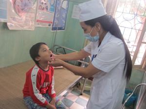 Cán bộ khoa khám bệnh - Bệnh viện Đa khoa TPHB kiểm tra, phát hiện các bệnh răng miệng ở trẻ.