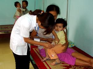 Y bác sĩ Bệnh viện Đa khoa huyện Yên Thuỷ tích cực điều trị cho các bệnh mhâm mắc bệnh tay – chân - miệng.