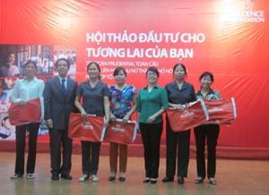 Prudential Việt Nam trao quà cho 5 hội viên phụ nữ thành phố Hoà Bình qua hình thức bốc thăm may mắn.