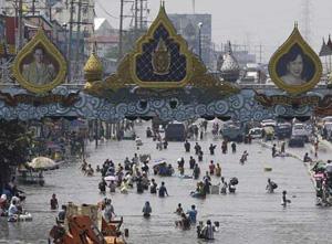 Nước lũ gây ngập nặng một con đường tại quận Rangsit, ngoại ô Bangkok.