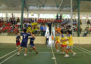 Một trận đấu trong Giải bóng truyền học sinh THCS, THPT tỉnh năm 2011.