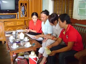 CTV dân số xóm Chao tư vấn các biện pháp tránh thai hiện đại cho phụ nữ 15-49 có chồng.