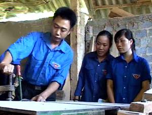 Anh Nguyễn Thành Nam, xóm Bổ Túc, xã Tân Mỹ (Lạc Sơn) giới thiệu với ĐV-TN trong xã về quy trình sản xuất đồ mộc.
