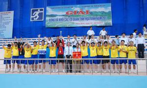 Lãnh đạo Đảng uỷ Khối các cơ quan tỉnh trao cờ, cúp vô địch, huy chương vàng cho đội Sở GT-VT.