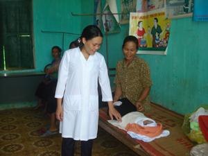 Cán bộ Trạn y tế xã Thanh Hối thăm khám, chăm sóc sức khỏe cho trẻ em.