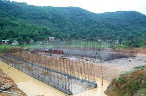 Ngay sau khi  nhận bàn giao mặt bằng, nhà thầu xây dựng đường cao tốc Hòa Lạc - TP Hòa Bình tập trung lực lượng, phương tiện đẩy nhanh  tiến độ thi công.