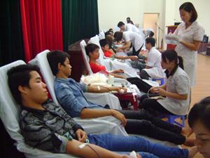 Các ĐV – TN tham gia hiến máu tình nguyện.