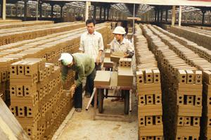 Nhà máy gạch tuynen Lạc Sơn tạo việc làm và thu nhập ổn định cho hơn 200 lao động nông thôn huyện Lạc Sơn.