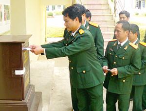 """Thực hiện CVĐ """"Học tập và làm theo tấm gương đạo đức Hồ Chí Minh"""", 100% CB-CS LLVT tỉnh tham gia phong trào quyên góp ủng hộ người nghèo."""
