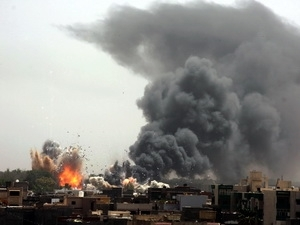 Khói dâng lên sau một vụ nổ lớn trong khi NATO không kích tại Tripoli. (Ảnh: THX/TTXVN).