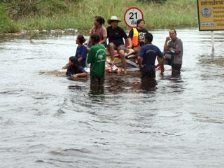 Một gia đình chạy lụt ở Bangkok - Ảnh: Minh Quang