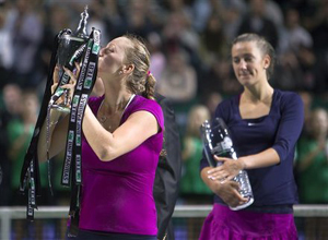 Kvitova (trái) nâng Cup vô địch trong khi Azarenka không giấu được vẻ buồn sau thất bại.