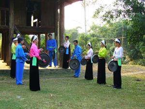 Huyện Tân Lạc khai thác các giá trị văn hóa truyền thống để phát triển du lịch. ảnh: Đội văn nghệ xã Mãn Đức biểu diễn cồng chiêng.