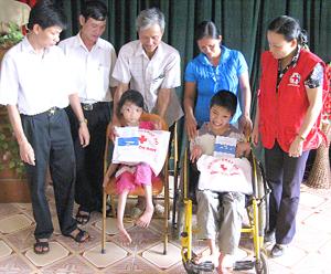 Cứu trợ, tặng quà luôn là  hoạt động thường xuyên của  các cấp Hội Chữ thập đỏ.