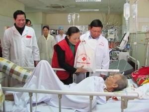 Đồng chí Bùi Văn Tỉnh, UVT.ư Đảng, Chủ tịch UBND tỉnh và lãnh đạo Hội Chữ thập đỏ tặng quà nhân dịp Tết Nguyên đán năm 2011  cho các bệnh nhân ăn Tết tại Bệnh viện Đa khoa tỉnh.