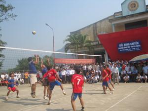 Trận thi đấu chung kết giữa đội tuyển nam xã Sơn Thủy và xã Kim Truy.