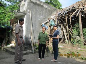 Bà Nguyễn Thị Bé ở xóm Kẽm, xã Lâm Sơn (Lương Sơn) bên ngôi nhà cấp 4 đã bị xuống cấp  từ nhiều năm nay.