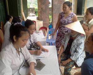 Các y, bác sỹ , lương y của Trung tâm DS- KHHGĐ, Hội Đông y huyện Lương Sơn khám bệnh và cấp thuốc miễn phí cho đối tượng chính sách, người nghèo xã Thành Lập.