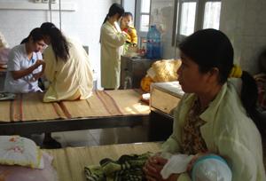 Tại khoa Nhi (Bệnh viện đa khoa tỉnh) thường xuyên có khoảng 100 bệnh nhân phải điều trị.