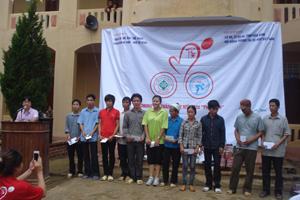 Đại diện Hội đồng trọng tài xe đạp Việt Nam tặng quà cho hộ nghèo xã Phú Vinh
