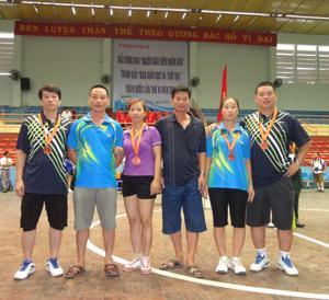 Thành viên Ban huấn luyện và các VĐV đoạt huy chương tại giải.